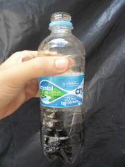chorume coletado na garrafa pet