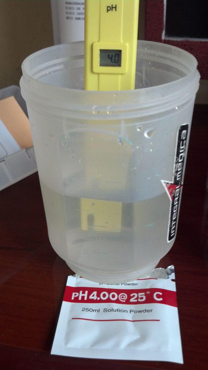 Gire até ajustar o medidor no mesmo pH da solução de calibragem