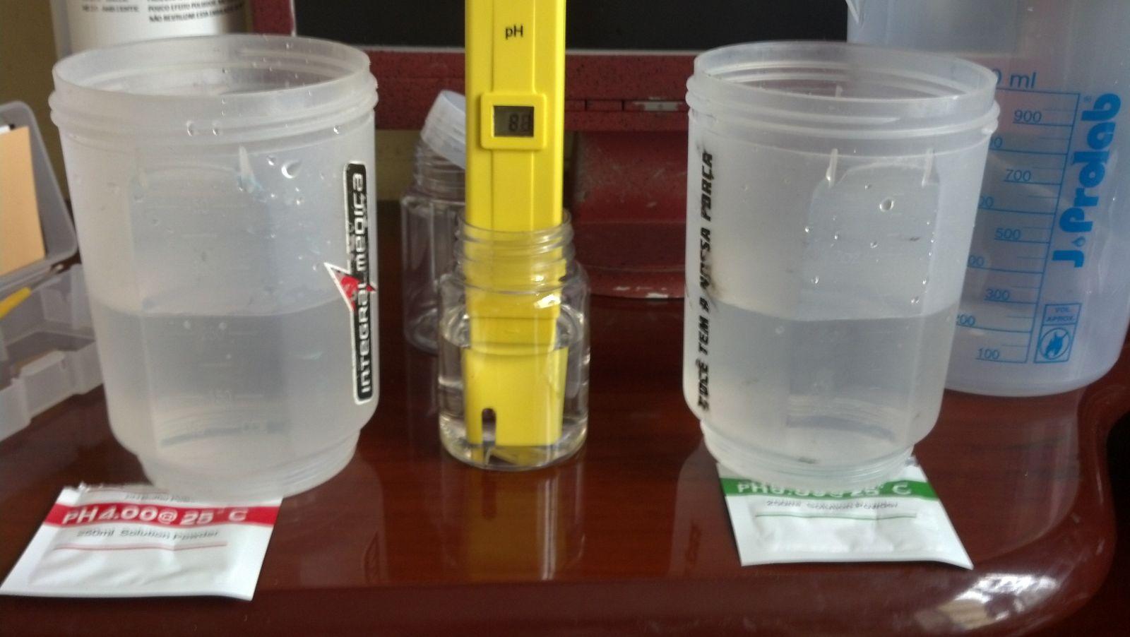 Medidor de pH imerso na solução de calibragem