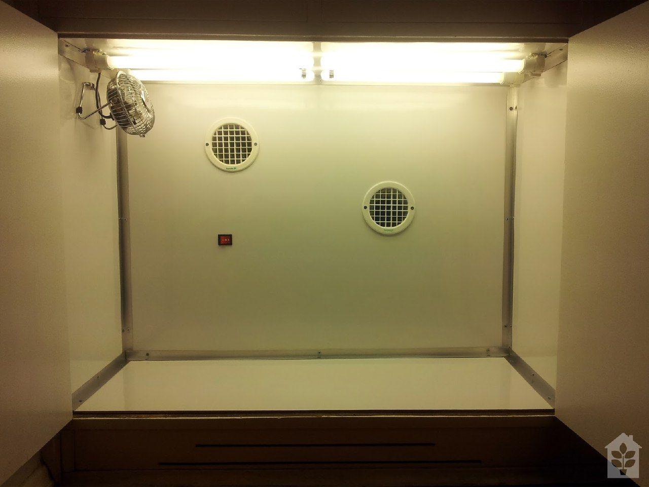 Micro Grow montado com luz, e entrada para saída de ar, e ventilação.