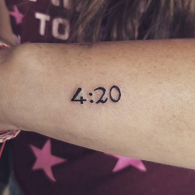tatuagem de maconha 4:20