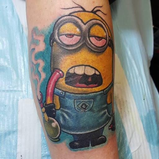 tatuagem maconha minion chapado