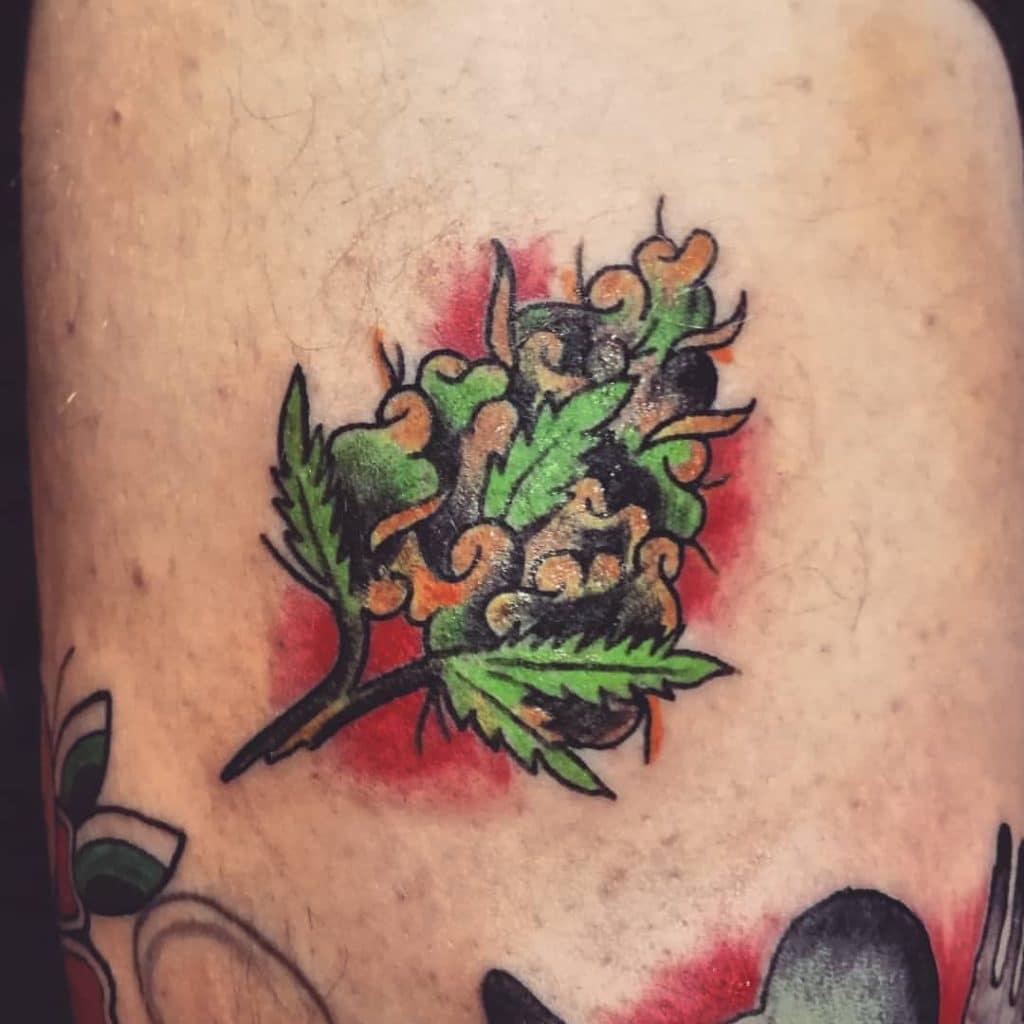 tatuagem da flor de maconha em old school