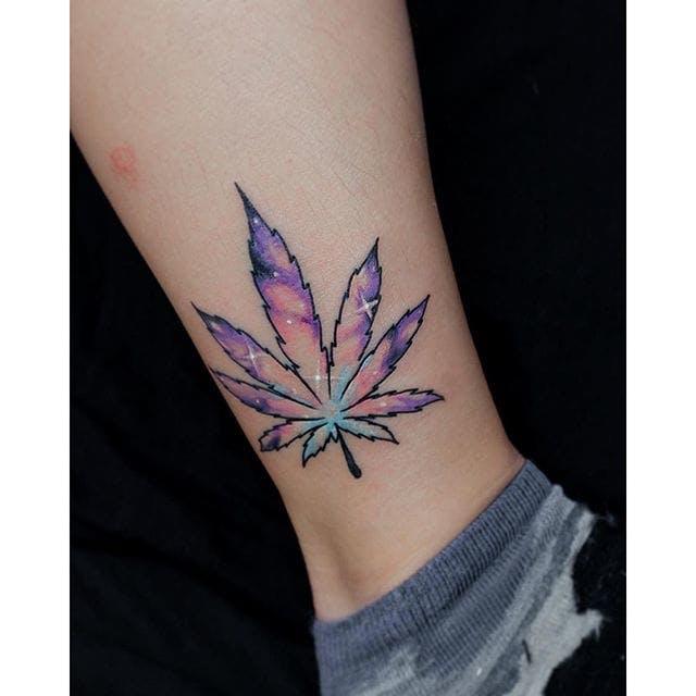 tatuagem de maconha colorida