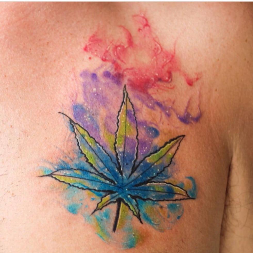 tatuagem de maconha colorida aquarela