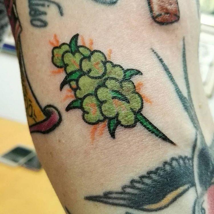 tatuagem de flor de maconha