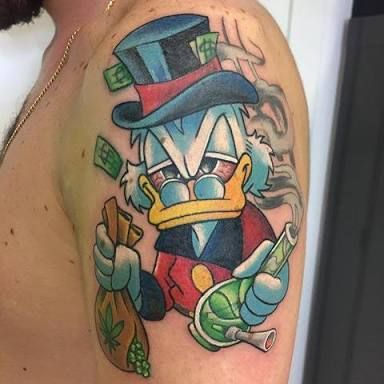 tatuagem do tio patinhas com um bong de maconha
