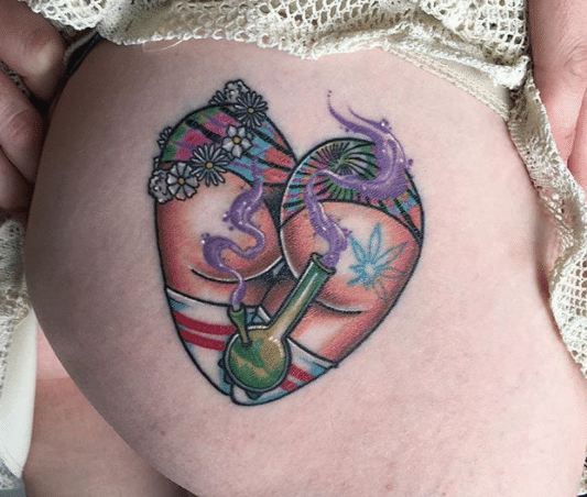 tatuagem de maconha na bunda
