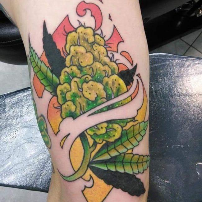 tatuagem de flor de maconha camarão