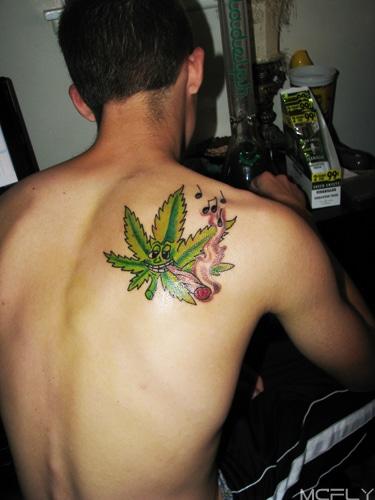 tatuagem de folha de maconha