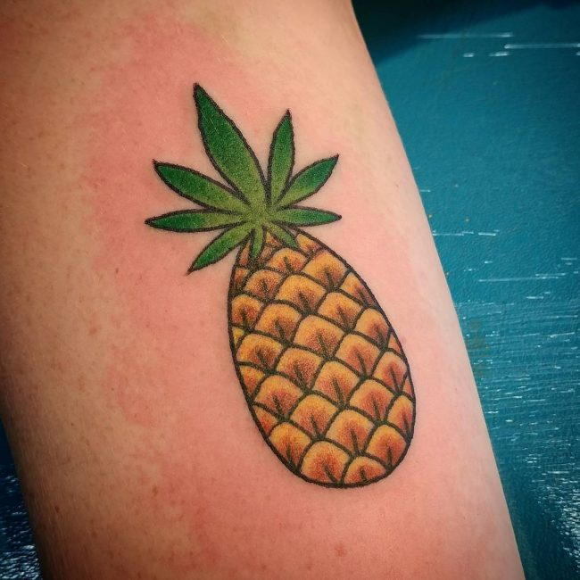 tatuagem de abacaxi com folha de maconha