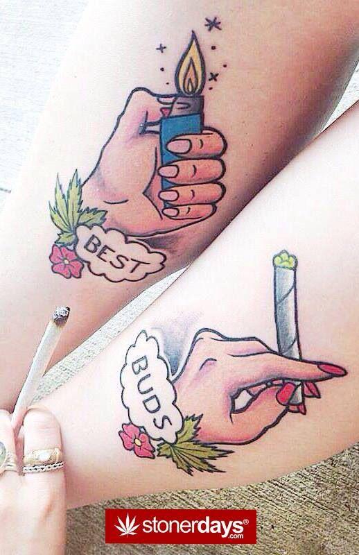 tatuagem de duas maos acendendo um baseado de maconha