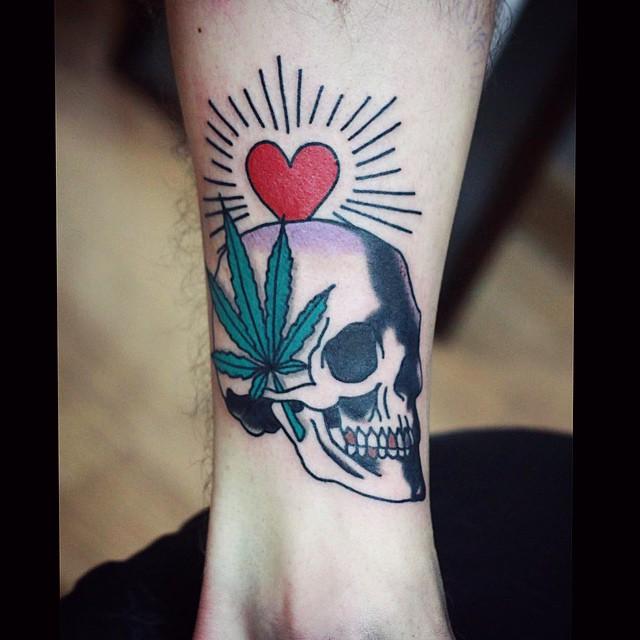 tatuagem de maconha colorida com caveira