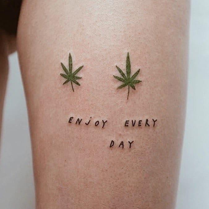 """tatuagem discreta de maconha com escrito """"enjoy every day"""""""