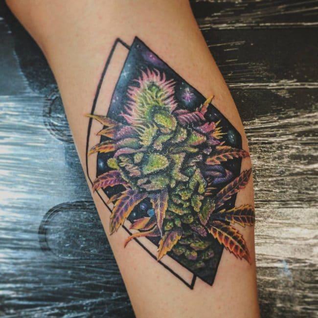 tatuagem de flor de maconha com fundo de galaxia
