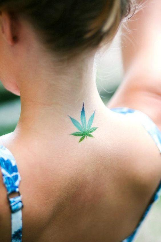 tatuagem de maconha folha no pescoço
