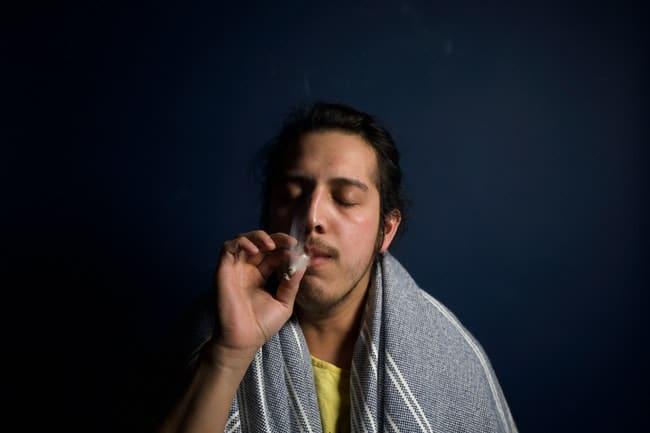 homem fumando maconha sem deixar cheiro com toalha