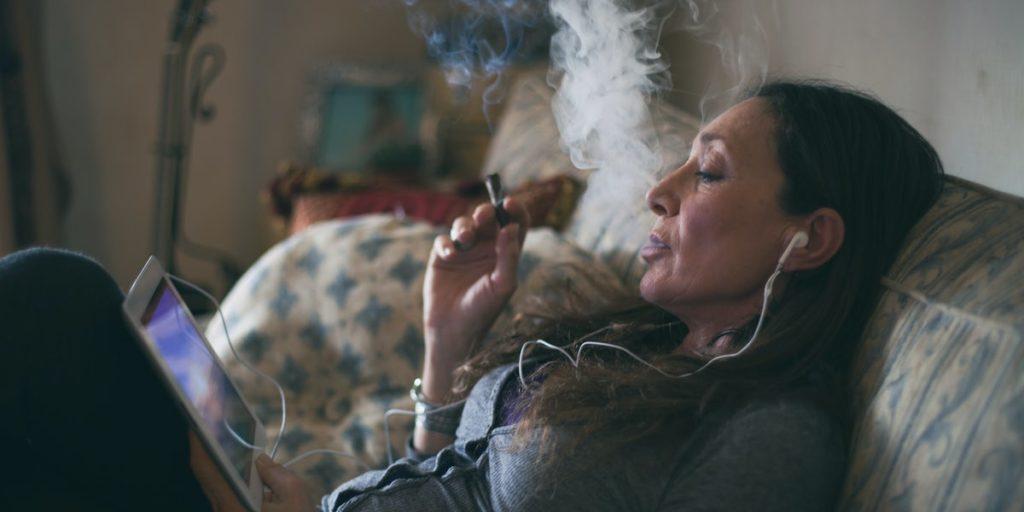 pessoa relaxada fumando maconha